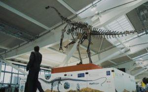 дінозавр у лондонському аеропорту Heathrow