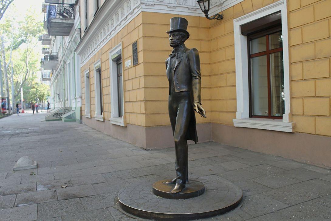 Пам'ятник поетові Олександру Пушкіну перед входом до музею Пушкіна в Одесу
