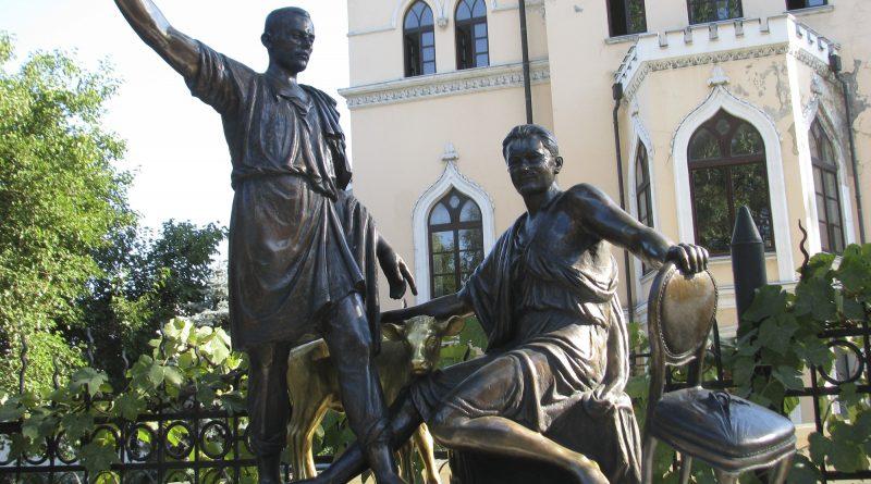 Памятник Ильфу и Петрову в саду Литературного музея в Одессе. Сад скульптур литературного музея