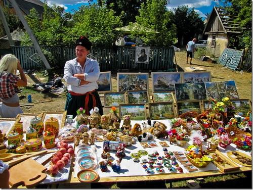 Фото прилавков с сувенирами ручной работы на Сорочинской ярмарке