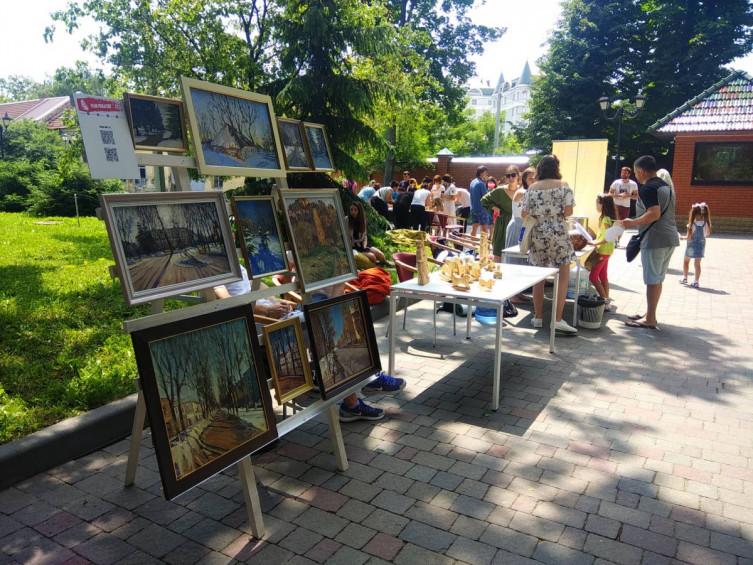 Фото выставки-продажи картин народных художников на Сорочинской ярмарке