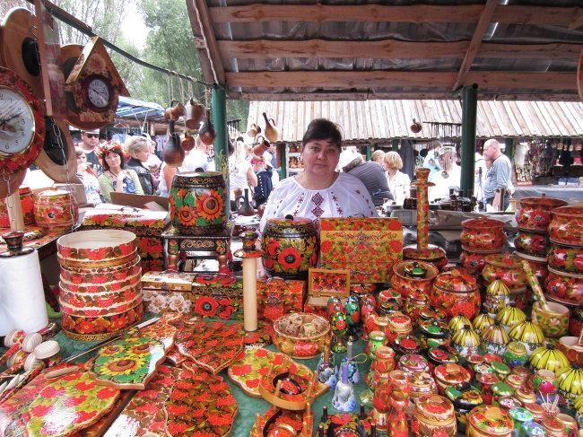 Сувениры и товары из дерева изготовленные народными мастерами на ярмарке в Больших Сорочинцах на Полтавщине