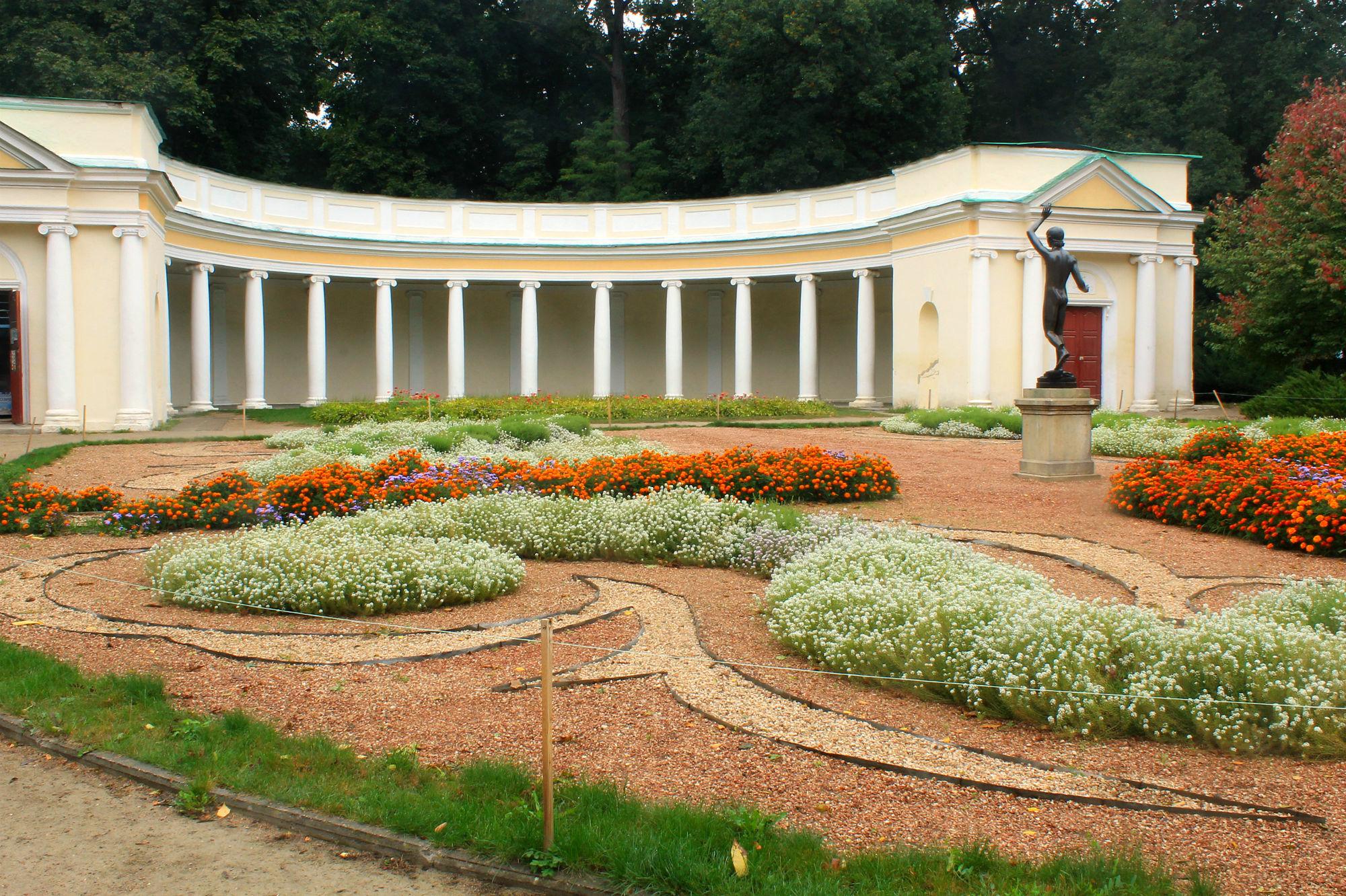 Колоннада в парке Александрия, Белая церковь