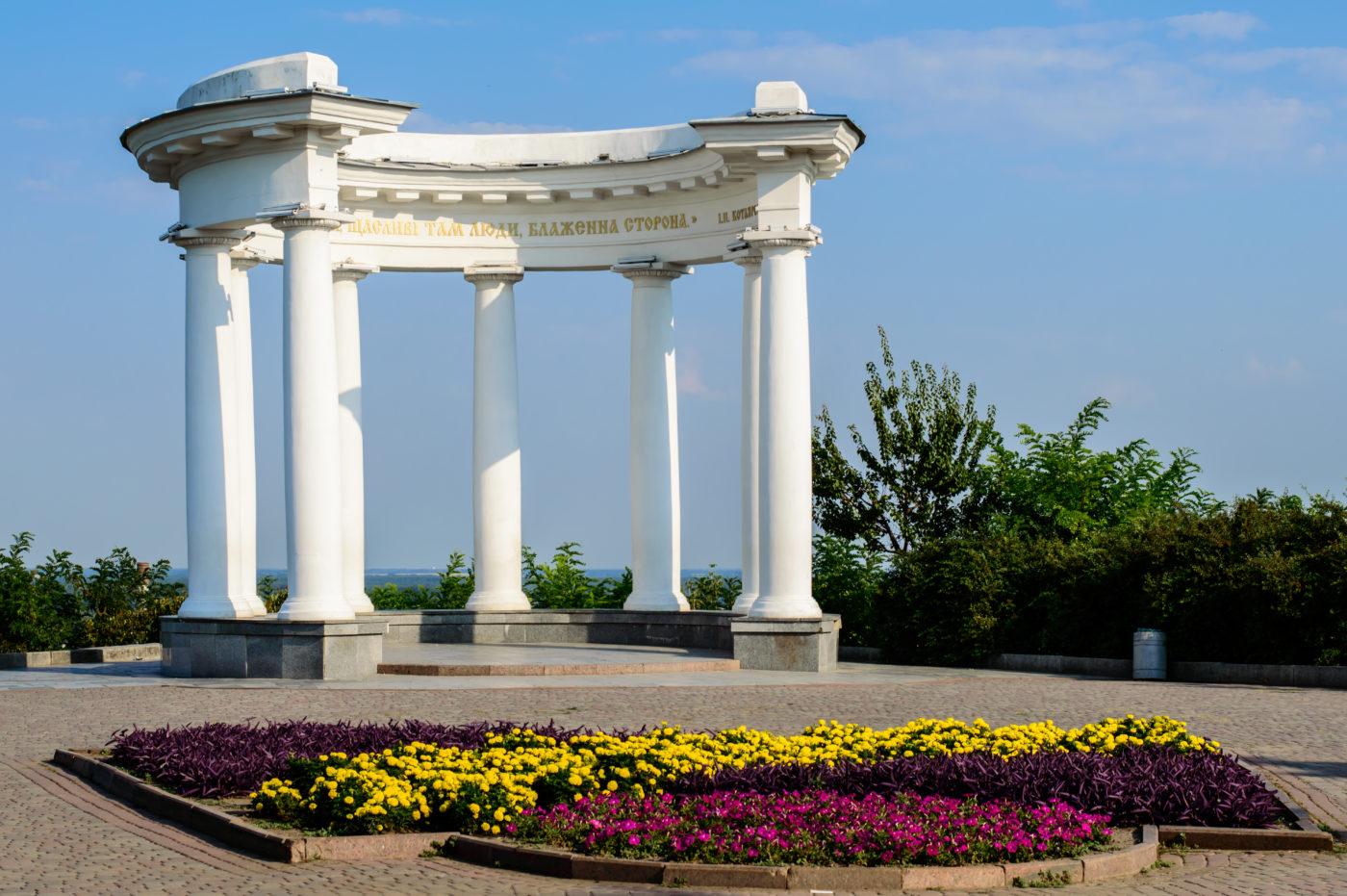 Біла альтанка - оригінальна пам'ятка Полтави, має форму альтанки з колонадою