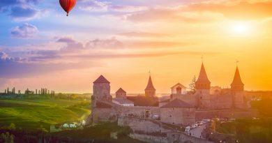 Політ на повітряній кулі над кам'янець-подільськім на світанку на червоній кулі