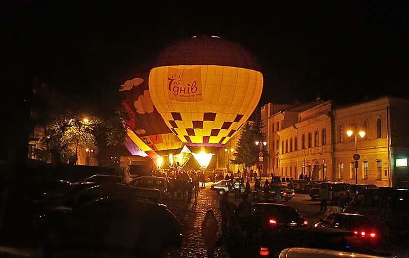 світіння повітряних куль. вечірне шоу на фестивалі повітряних куль в Кам'янці