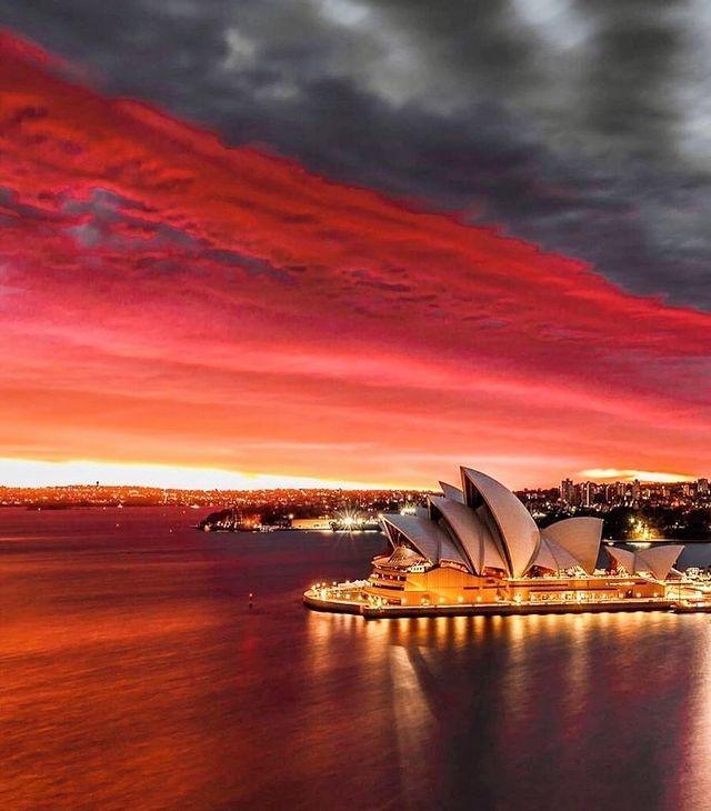 Неймовірний захід сонця, Сідней Австралія. (Фото Сіднейський оперний театр)