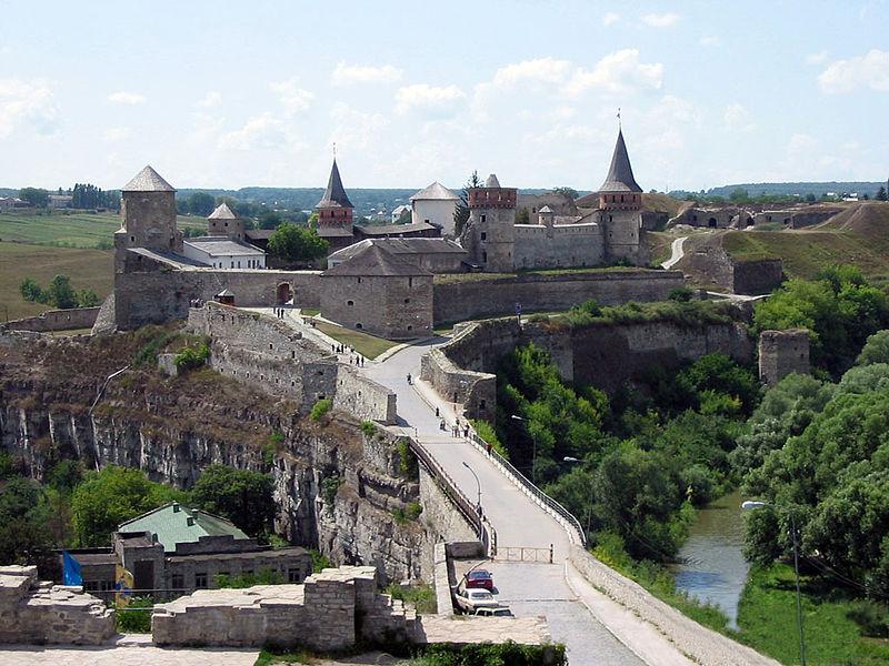 Каменец-Подольский. Историко-архитектурный заповедник. Вид на замок со стороны Старого города