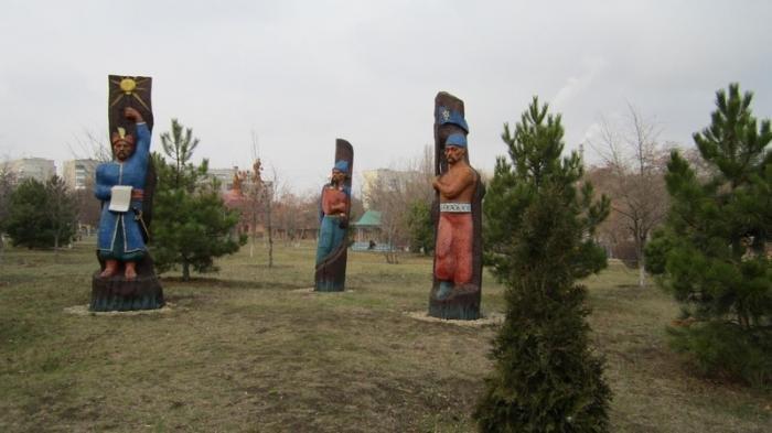 Изображения украинских казаков и гетманов вырезанных в стволах старых деревьев Черноморск центральный парк